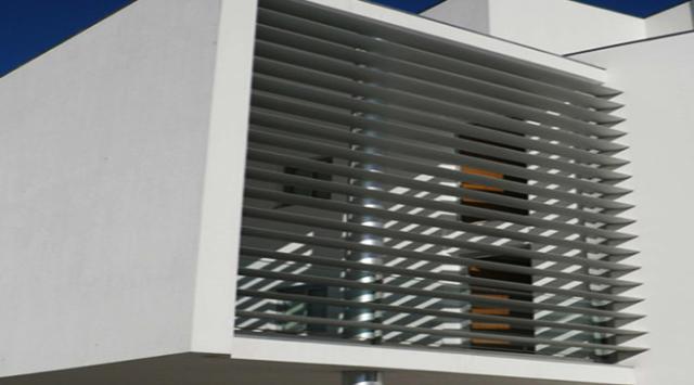brise soleil architecturale 140 brise soeleil en aluminium sur mesure. Black Bedroom Furniture Sets. Home Design Ideas