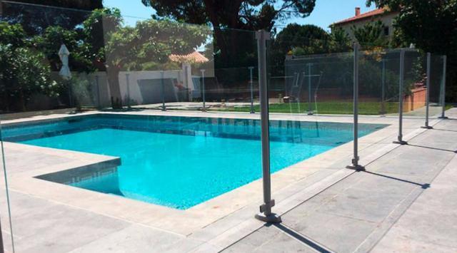 Cl ture verre pour piscine clotures piscine for Cloture amovible pour piscine